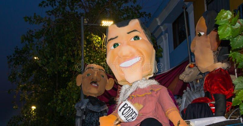 Quito, Ecuador - 31 de diciembre de 2016: Los monigotes tradicionales o los maniquíes rellenos que representan las figuras políti imagen de archivo libre de regalías