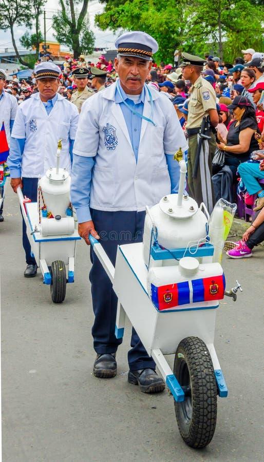 Quito, Ecuador - 31 de enero de 2018: Opinión al aire libre el hombre no identificado que lleva un pequeño coche con champu dentr imagen de archivo