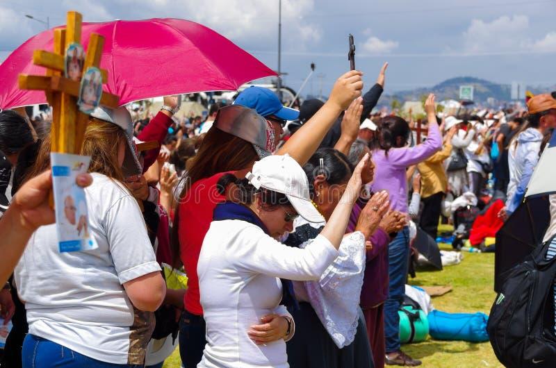 QUITO, ECUADOR - 7 DE JULIO DE 2015: Gente que aumenta sus manos para recibir bendiciones de papa Francisco en su total, tomando  foto de archivo libre de regalías