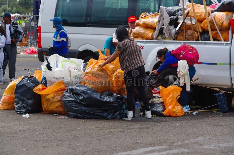 QUITO, ECUADOR - 7 DE JULIO DE 2015: Limpiadores de la basura que cogen toda la basura después del evento Masa de papa Francisco fotos de archivo libres de regalías