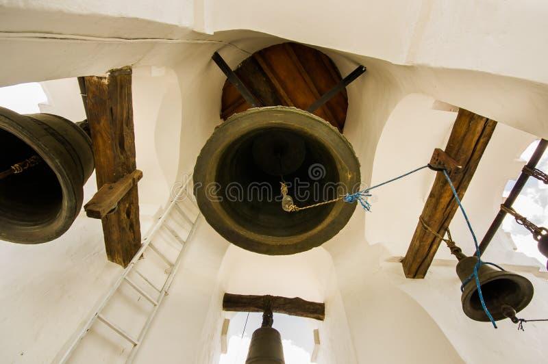 QUITO, ECUADOR - 6 DE MAYO DE 2016: Ciérrese para arriba de campanas enormes dentro de un bulding en la iglesia de San Francisco  fotos de archivo