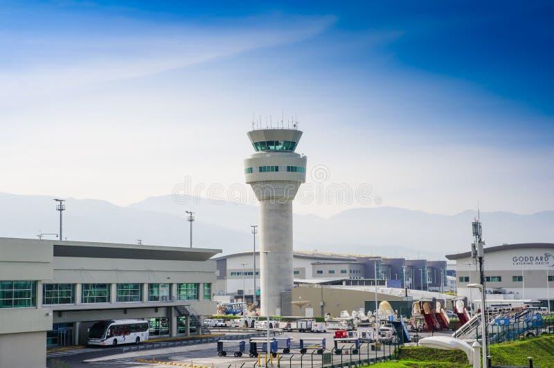 Quito, Ecuador - 23 de noviembre de 2017: Vista al aire libre hermosa de la torre de control, un edificio en un aeropuerto del cu imagen de archivo libre de regalías