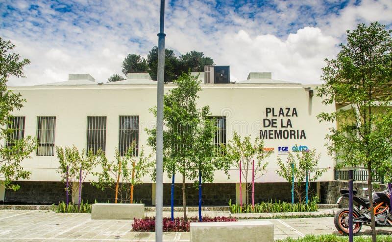 QUITO, ECUADOR - 23 DE OCTUBRE DE 2017: Vista al aire libre del edificio cuadrado de la memoria en la ciudad de Quito, Ecuador fotografía de archivo