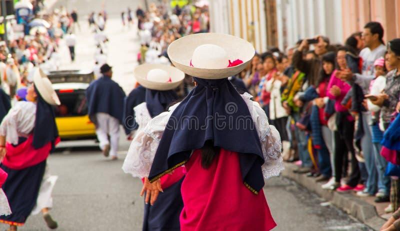 Quito, Ecuador - 9. Dezember 2016: Nicht identifizierte Tänzer in der Parade in den Straßen von Quito, Ecuador hintere Ansicht lizenzfreie stockfotos