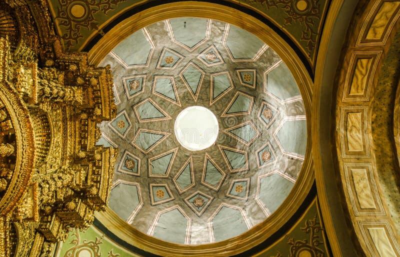 QUITO, ECUADOR, EL 22 DE FEBRERO DE 2018: Vista interior del tejado de la iglesia de Catedral del la en la catedral del ` s de Qu imágenes de archivo libres de regalías