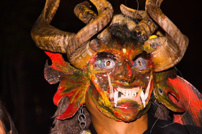 Quito, Ecuador - 2. Februar 2016: Schließen Sie oben von einem nicht identifizierten Mann, der herauf als Teufel gekleidet wird stockfoto