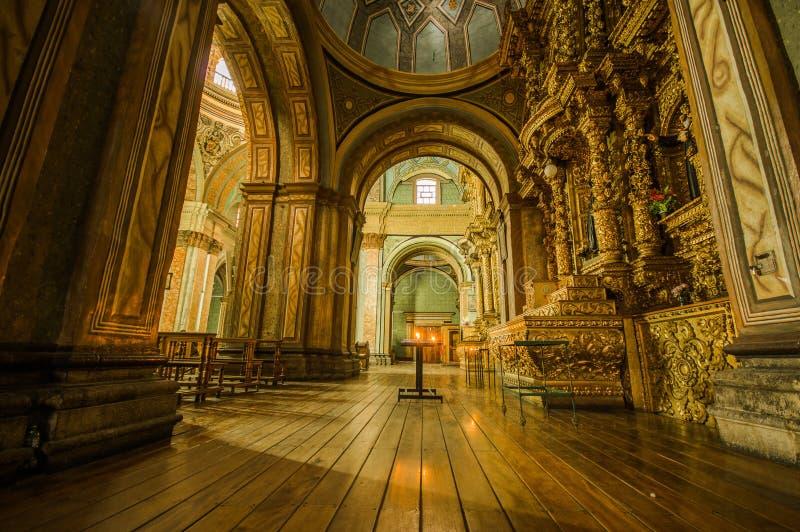 QUITO, ECUADOR, 22 FEBRUARI, 2018: Binnenmening van de kerk van La Catedral in Quito` s Kathedraal stock foto