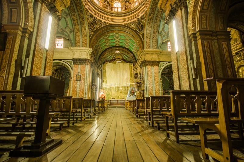 QUITO, ECUADOR, 22 FEBRUARI, 2018: Binnenmening van de kerk van La Catedral in Quito` s Kathedraal stock afbeeldingen