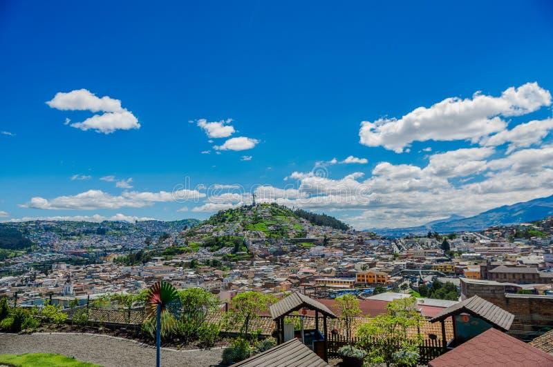 QUITO ECUADOR, FEBRUARI 02, 2018: Hög sikt av staden av Quito och några byggnader, med den Panecillo kullen i överkanten av arkivfoton