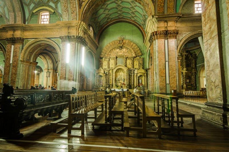 QUITO ECUADOR, FEBRUARI 22, 2018: Inomhus sikt av den laCatedral kyrkan i domkyrka för Quito` s fotografering för bildbyråer