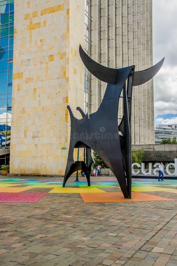 Quito, Ecuador - 2 gennaio 2018: Punto di vista all'aperto della gente non identificata che cammina all'introduzione di una costr immagini stock