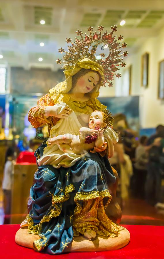 QUITO, ECUADOR, 31 JANUARI, 2018: Sluit omhoog van een kleicijfer van de maagdelijke holding van Mary in haar wapens een baby Jes stock afbeeldingen