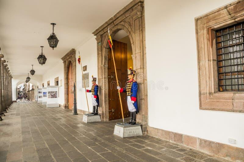 QUITO ECUADOR, JANUARI, 11 - 2018: Unidentied kroppvakter på skriva in av passagen på den presidents- Carondelet slotten arkivfoton