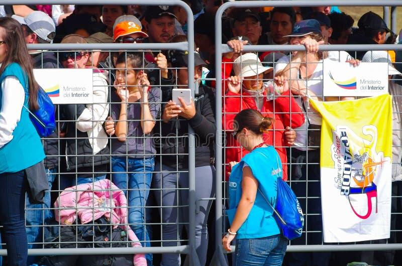 QUITO ECUADOR - JULI 7, 2015: Folk som waitting för att se påven Francisco i Ecuador, mass med tusen personer metalliskt ingrepp royaltyfri fotografi