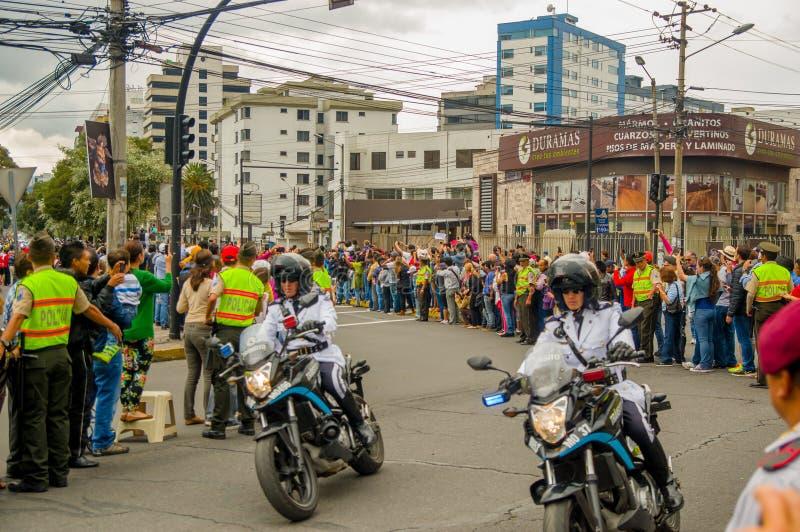 QUITO ECUADOR - JULI 7, 2015: Folk som waitting på gatorna av staden, påve Francisco i hans popemobile polis arkivfoto