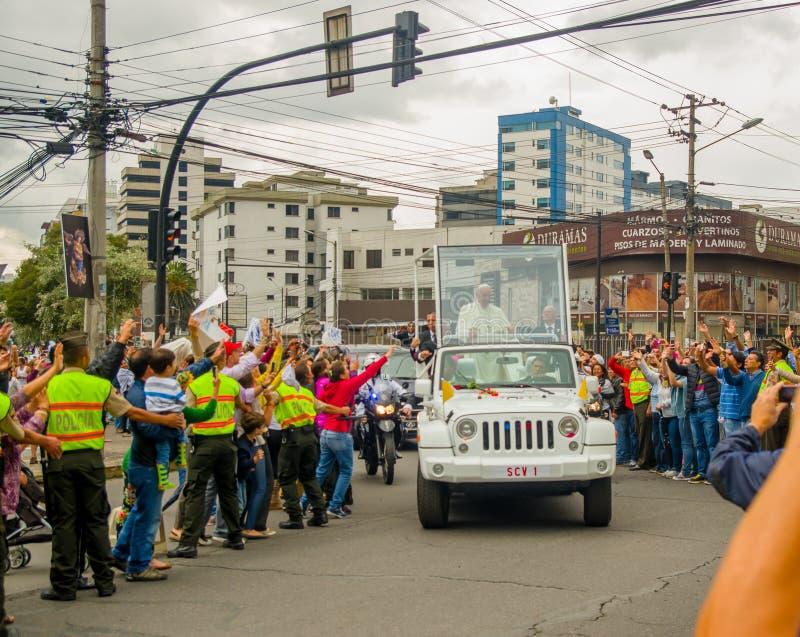 QUITO, ECUADOR - 7 LUGLIO 2015: La gente ecuadoriana che prova a toccare e dire il benvenuto a papa Francisco, vie ha ammucchiato fotografie stock