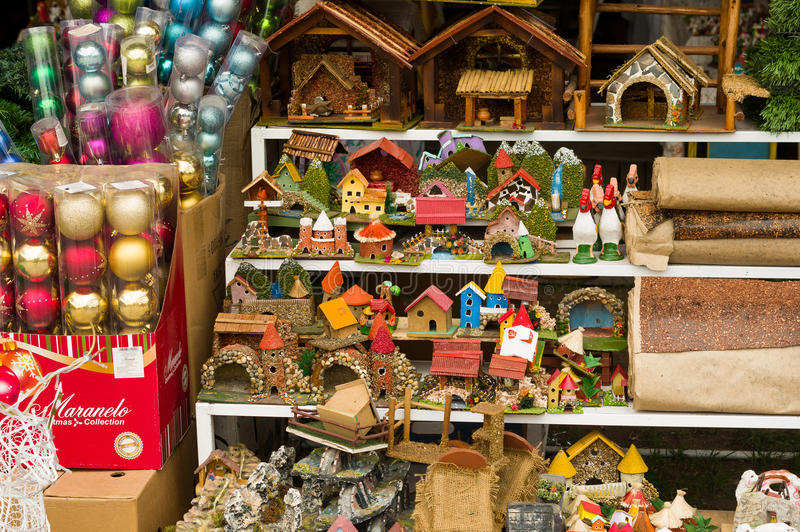 QUITO ECUADOR 07 MAJ, 2017: Julprydnader inom av plastpåsar i en marknad med små hus som göras av fotografering för bildbyråer