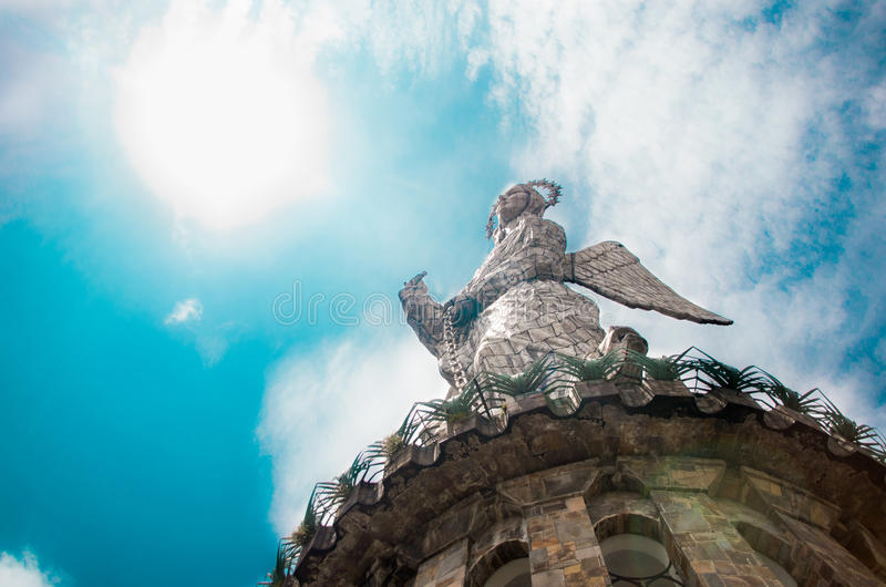 QUITO ECUADOR MARS 23, 2017: Monumentet till den jungfruliga Maryen lokaliseras överst av El Panecillo och är synlig från mest royaltyfria bilder