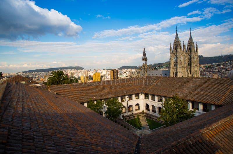 QUITO, ECUADOR 23 MEI, 2017: De mooie mening van de Basiliek van de Nationale Gelofte, over daken, Basiliek is een Romein royalty-vrije stock afbeeldingen