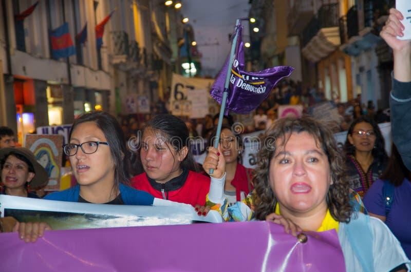 QUITO, ECUADOR 06 MEI, 2017: Vrouw die een teken houden tijdens een protest met de levende slogan willen wij hen, protest tegen royalty-vrije stock foto