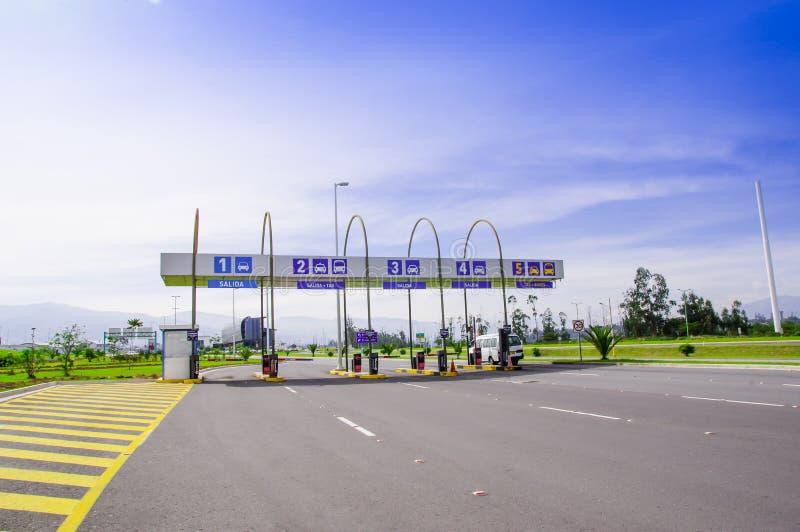 Quito, Ecuador - November 23 2017: De openluchtmening van tol bij gaat van de Mariscal Sucre Internationale Luchthaven binnen van royalty-vrije stock foto