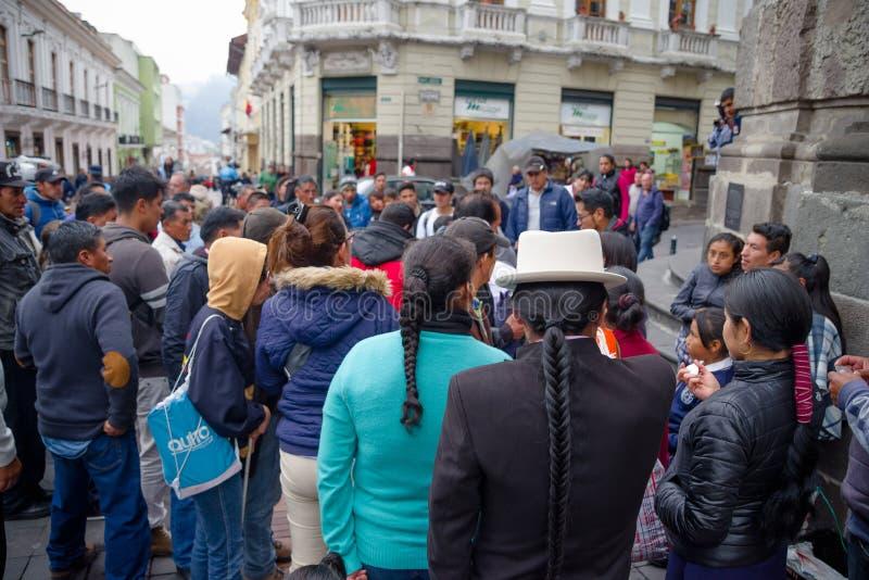 QUITO ECUADOR NOVEMBER, 28, 2017: Folkmassa av folk som in går på den historiska mitten av den gamla stadQuito i nordliga Ecuador royaltyfria bilder