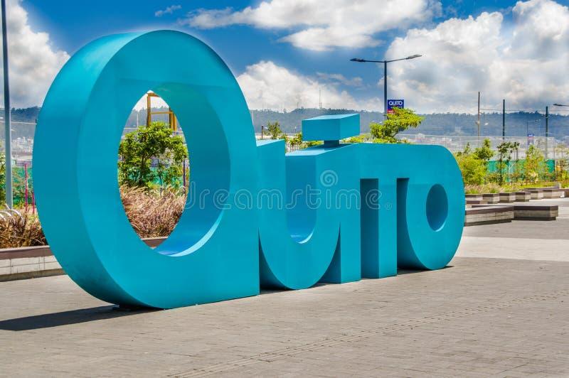 QUITO ECUADOR NOVEMBER, 27, 2017: Härlig utomhus- sikt av den enorma bokstaven av ordQuito i det nya boulevar in arkivfoton