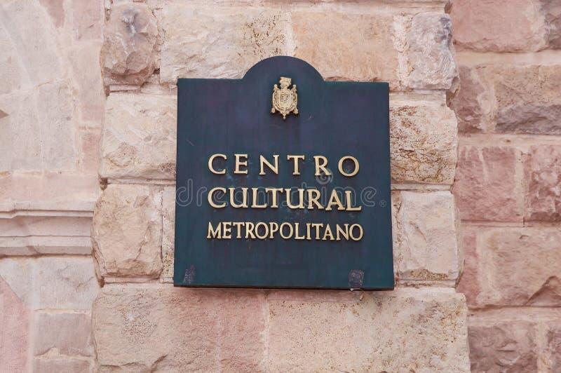 QUITO ECUADOR NOVEMBER, 28, 2017: Informativt tecken av den storstads- kulturella mitten på det fria på den historiska mitten av royaltyfria foton