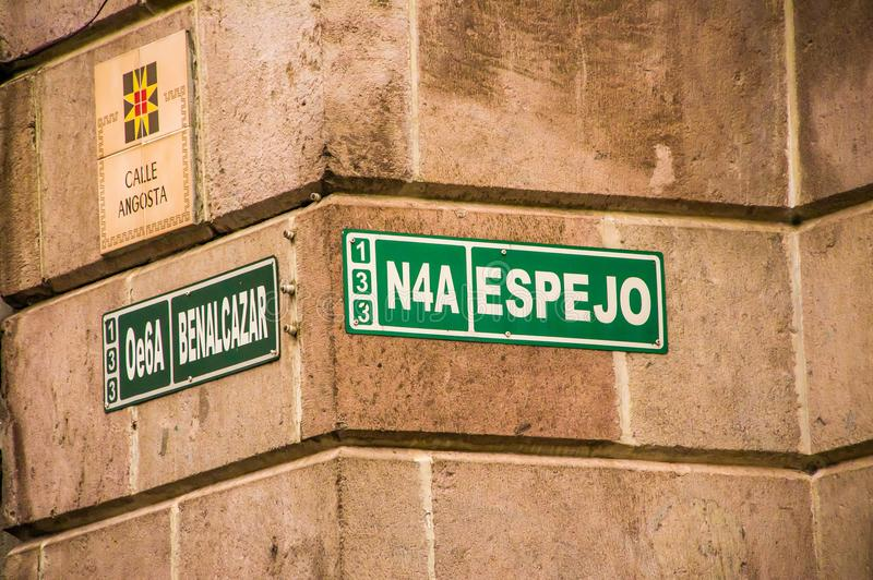 QUITO, ECUADOR 28 NOVEMBRE, 2017: Segno informativo del nome delle vie all'aria aperta al centro storico di vecchia città fotografia stock