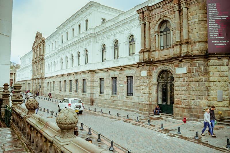 QUITO, ECUADOR NOVIEMBRE, 28, 2017: Opinión al aire libre hermosa la gente no identificada que camina en el centro histórico de v fotografía de archivo libre de regalías