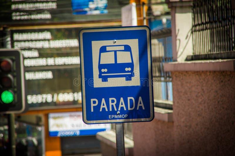 QUITO ECUADOR - OKTOBER 23, 2017: Informativt tecken av hållplatsen på det fria om staden av Quito, Ecuador arkivfoton