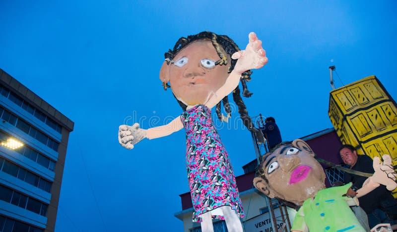 Quito Ekwador, Grudzień, - 31, 2016: Tradycyjni monigotes lub faszerować atrapy reprezentuje postacie polityczne, anime lub obrazy royalty free
