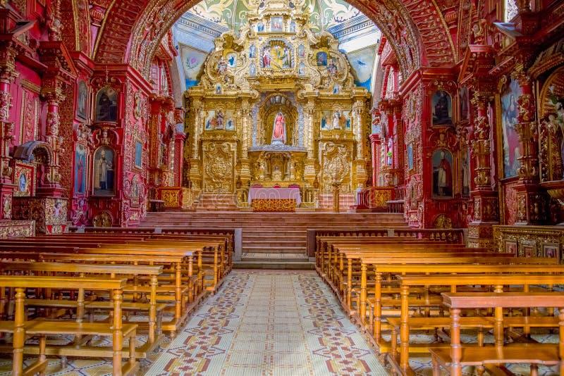 QUITO EKWADOR, LISTOPAD, - 23, 2016: Wnętrze kościół Santo Domingo z krzesłami, duchowi wizerunki fotografia royalty free