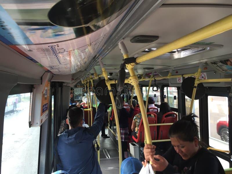 Quito, Ekwador - 1-7-2019: Lokalni pasażery podróżuje z tramwaju autobusem w południowym America obraz stock