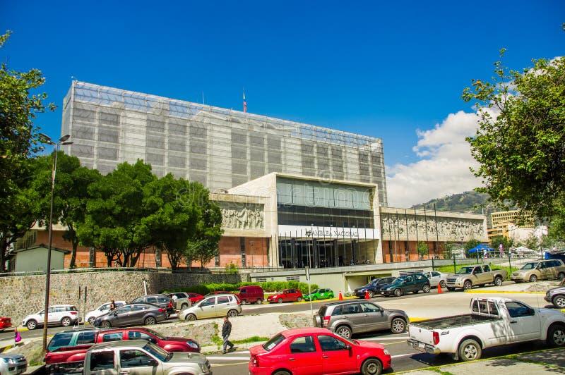 QUITO EKWADOR, PAŹDZIERNIK, - 23, 2017: Plenerowy widok zgromadzenie narodowe budynek z wiele samochodami parkującymi przy outdoo zdjęcia stock