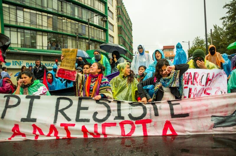 Quito Ekwador, Sierpień, - 27, 2015: Grupa gniewni mieszani młodzi ludzie trzyma up sztandar i protestuje ze złością w mieście zdjęcie stock