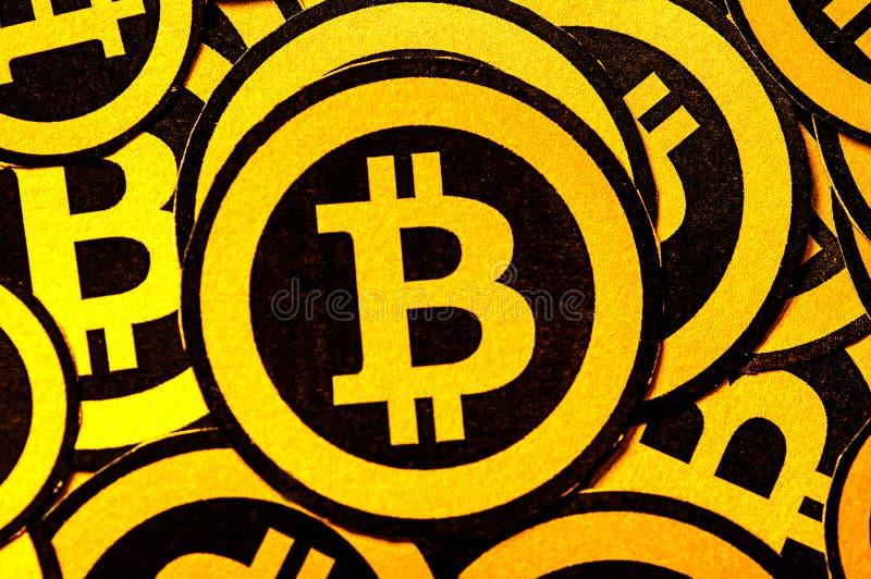 Quito Ekwador, Styczeń, - 31, 2018: Salowy widok selekcyjna ostrość Złoty Bitcoin logo z małymi bitcoins logami zdjęcie royalty free