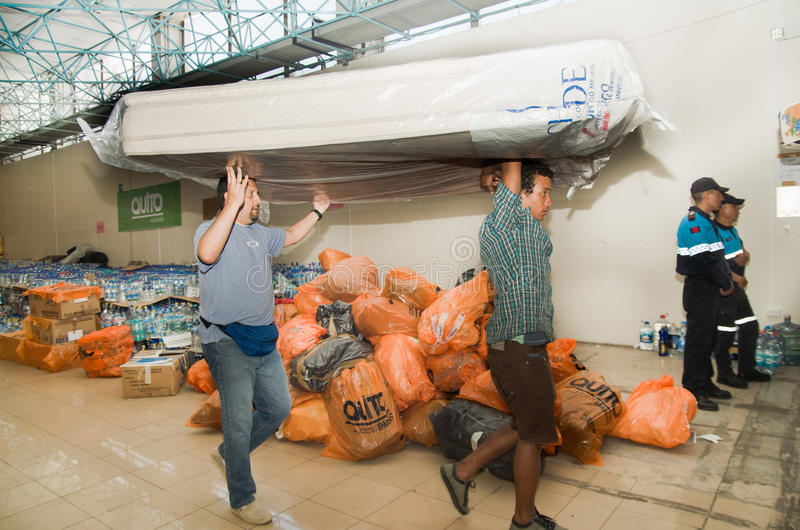 Quito, Equador - abril, 23, 2016: Sacos das fontes para a ajuda humanitária com alimento, roupa, medicina e água para foto de stock