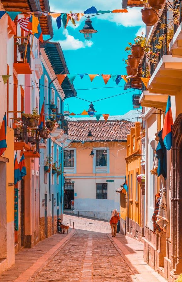 QUITO, EQUADOR AGOSTO, 28, 2018: Construções coloniais com algumas bandeiras que penduram de um balcão no centro histórico de vel imagem de stock royalty free
