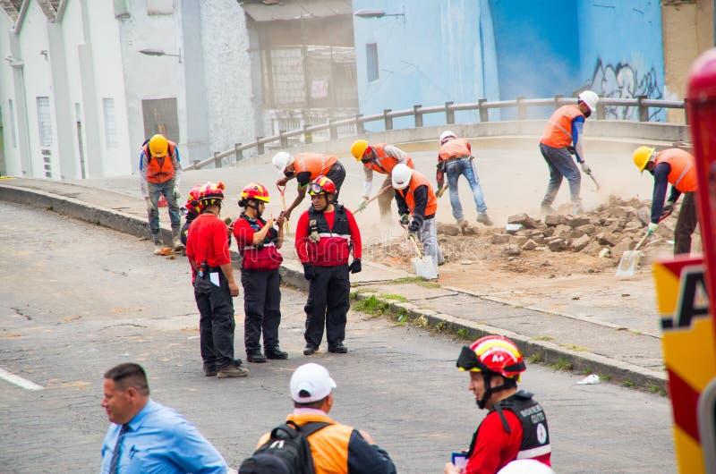 Quito, Equador - 9 de dezembro de 2016: Um grupo não identificado de equipe do ` s do sapador-bombeiro com equipamento, falando e foto de stock