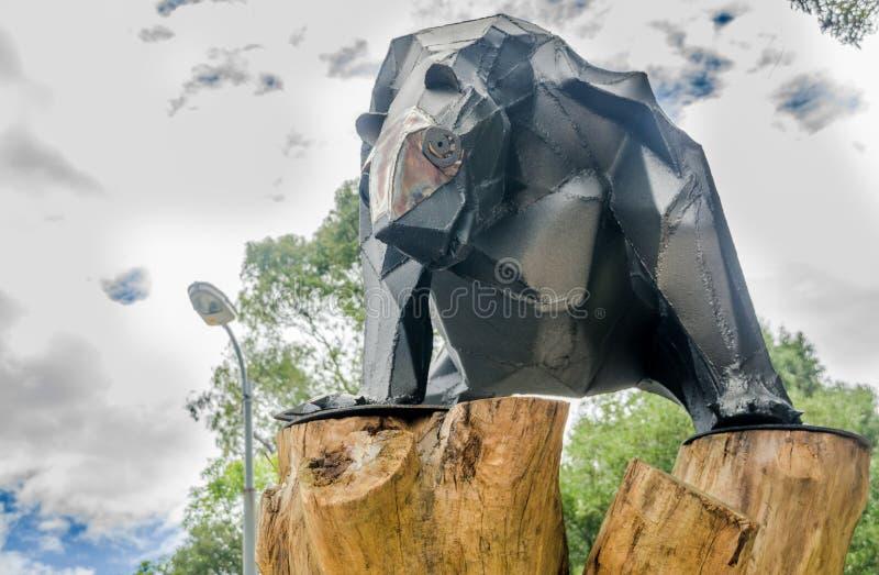 QUITO, EQUADOR - 31 DE JANEIRO DE 2018: Feche acima do urso metálico sobre uma estrutura de madeira no ar livre no parque de Alam fotografia de stock royalty free
