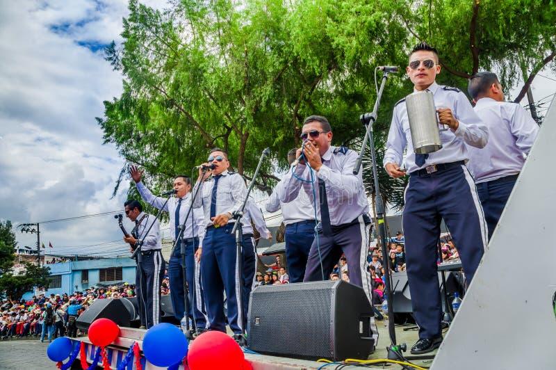 Quito, Equador - 31 de janeiro de 2018: Goup não identificado dos músicos do homem que jogam instrumentos diferentes e que cantam imagem de stock