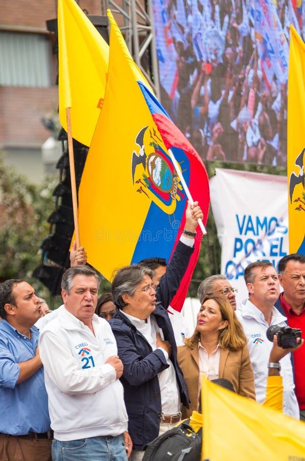 Quito, Equador - 26 de março de 2017: Guillermo Lasso, candidato para o movimento de CREO, junto com seu binomial, Andres Paez imagem de stock
