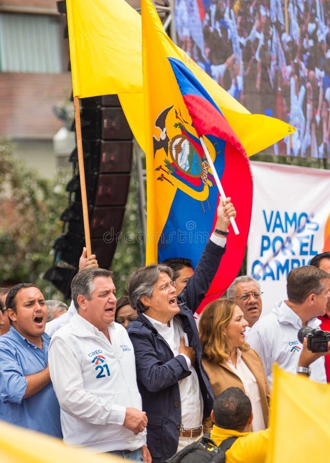 Quito, Equador - 26 de março de 2017: Guillermo Lasso, candidato para o movimento de CREO, junto com seu binomial, Andres Paez imagens de stock royalty free