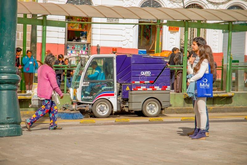 QUITO, EQUADOR - 23 DE NOVEMBRO DE 2016: Pares não identificados que andam na plaza histórica de Santo Domingo, quando um carro l foto de stock