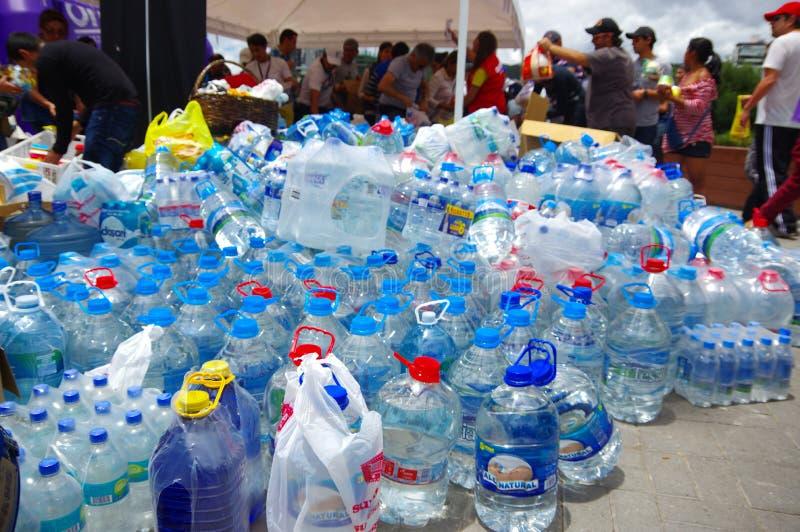 Quito, Equateur - avril, 17, 2016 : Citoyens non identifiés de Quito fournissant la nourriture de secours en cas de catastrophe,  photo libre de droits