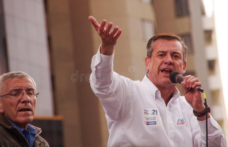 Quito, Equateur - 7 avril 2016 : Le Chef d'opposition de plan rapproché Andres Paez parlant avec un microphone et entouré par des image libre de droits