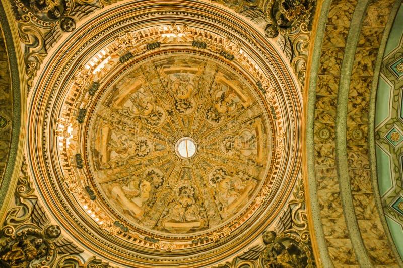QUITO, EQUATEUR, LE 22 FÉVRIER 2018 : Vue d'intérieur de dessus de toit d'église de Catedral de La dans la cathédrale du ` s de Q photos libres de droits