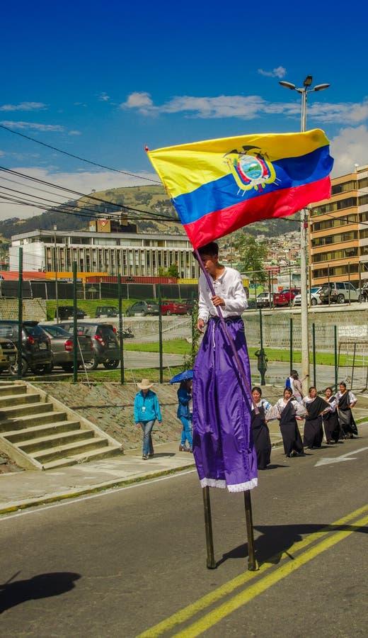 QUITO, EQUATEUR - 23 OCTOBRE 2017 : Fermez-vous du jeune étudiant d'école tenant un drapeau d'ecuadorian dans ses mains et réveil photo libre de droits
