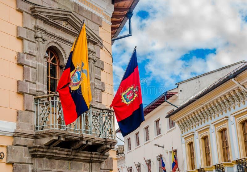 QUITO, EQUATEUR - 10 SEPTEMBRE 2017 : La belle vue des bâtiments coloniaux avec un équatorien et Quito marque accrocher photos stock